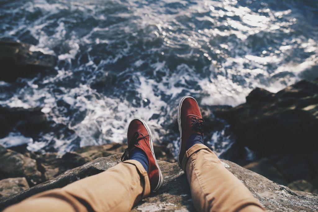 海と崖と靴とズボンと波