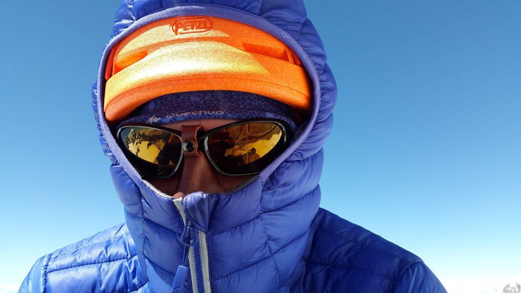 ダウンジャケットとニット帽とサングラスの防寒男