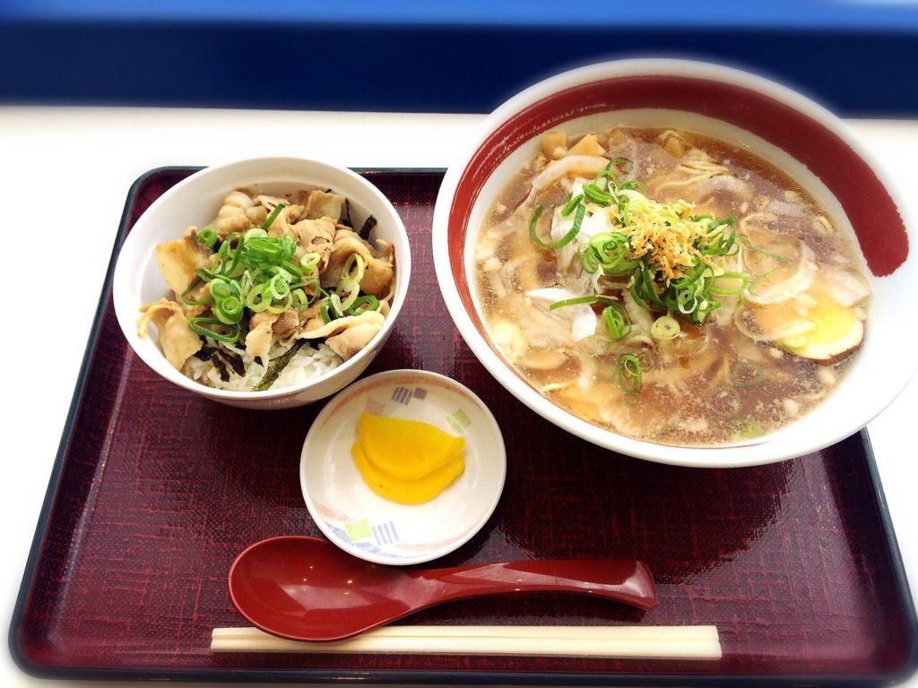 淡路サービスエリアのラーメン尊(みこと)の玉ねぎラーメンと豚丼のセット