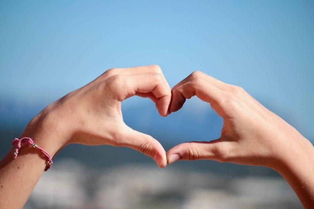 手で作ったハートは肯定と愛情のサイン
