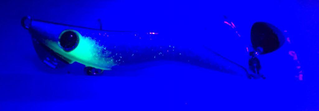 メタルマル2016年カラー「プラチナブルー」(UVライト紫外線照射時)