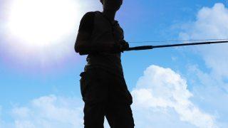 太陽と釣り人の影
