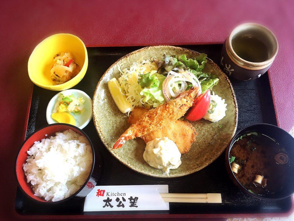 じゃのひれアウトドアリゾートキッチン太公望の「淡路島サーモンと車海老のフライ定食」