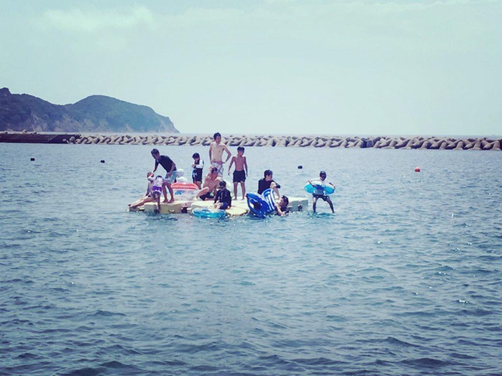 阿万海水浴場の海上フロート飛込み台