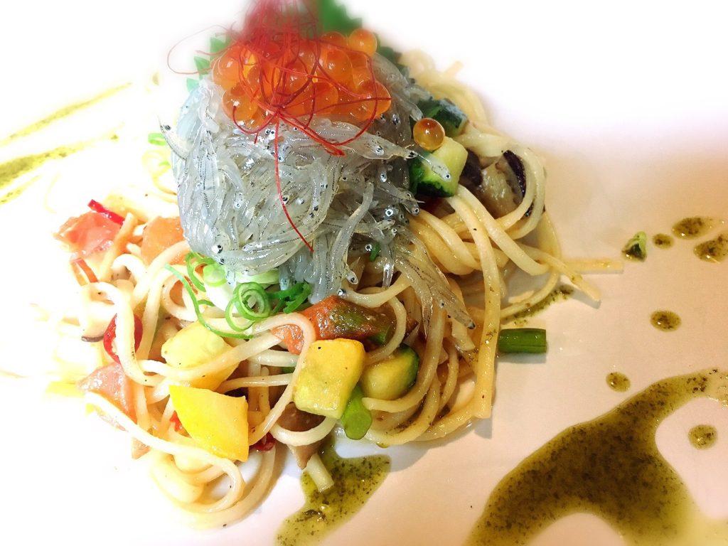 食房ニースの黄金しらすと野菜の和風ペペロンチーノ(生しらすパスタ)