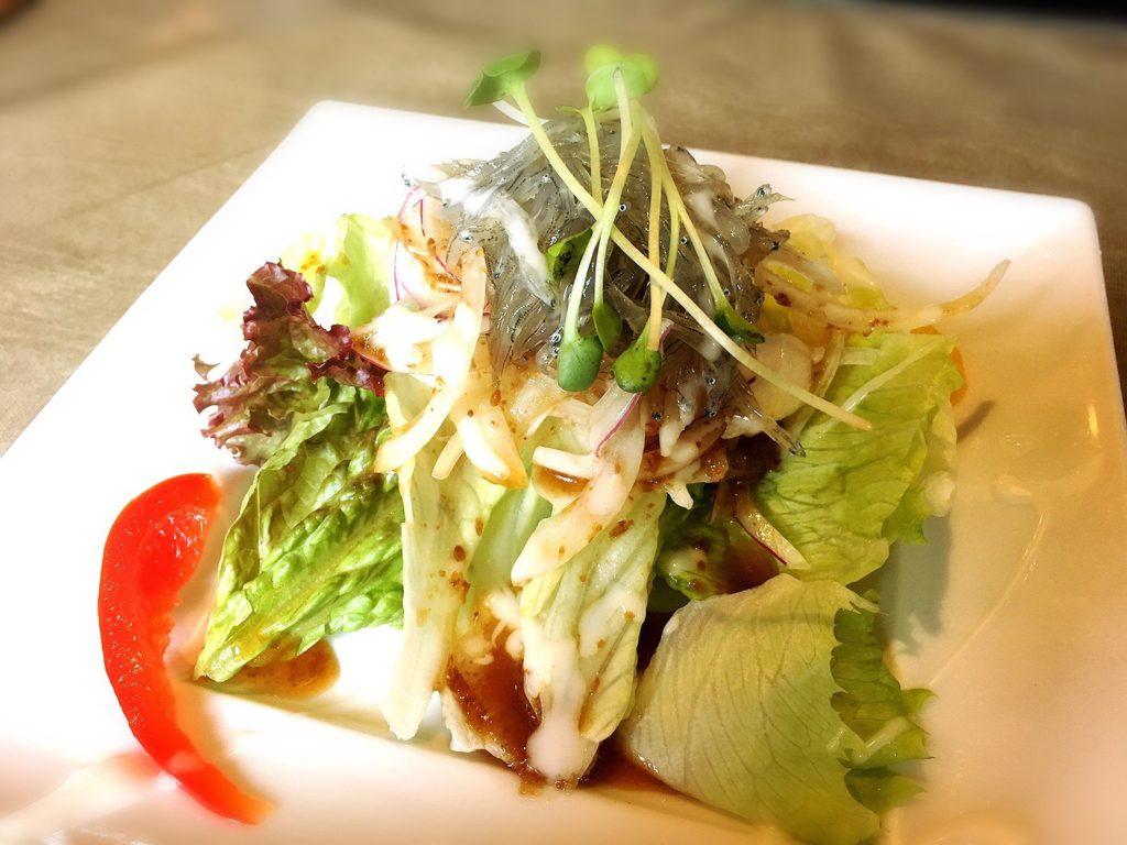 食房ニースの黄金しらすと野菜の和風ペペロンチーノ(生しらすパスタ)の前菜生しらすサラダ