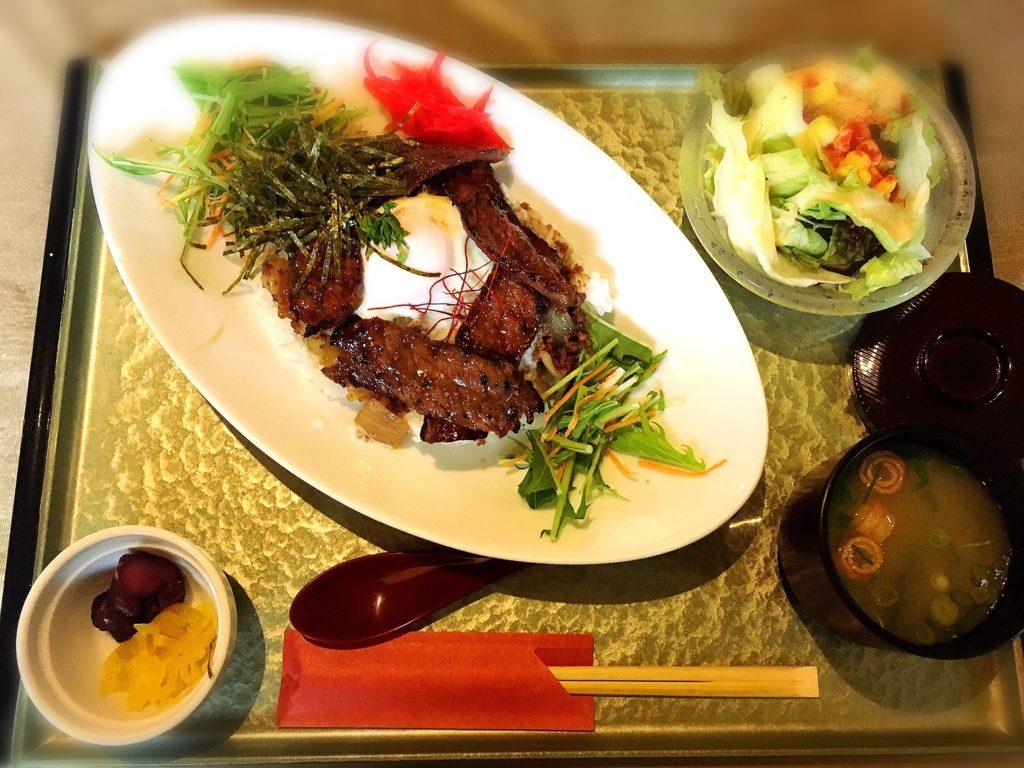 食房ニースの淡路牛と淡路玉ねぎのキーマ丼(牛丼)