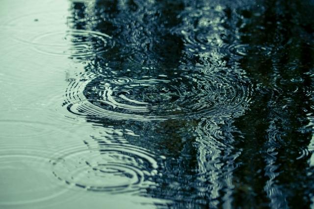 水面を叩く雨