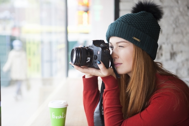 カメラとニット帽の女性