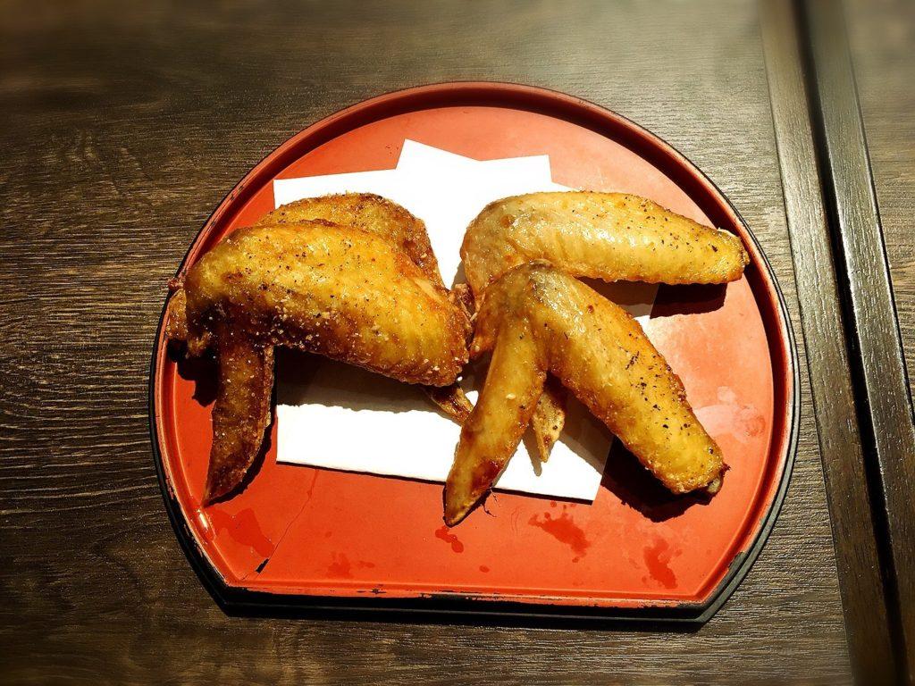 名古屋丸八食堂の手羽先。若鶏と名古屋コーチン
