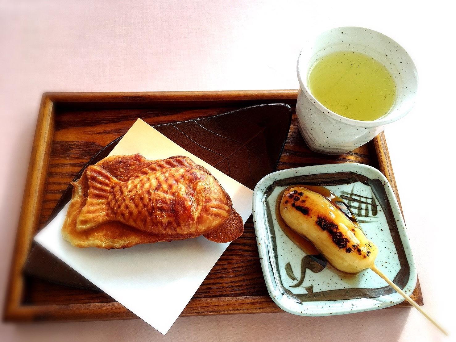 菓のんの外観のクロワッサンたい焼きとみたらしセット(サービス緑茶付)500円