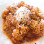 パスタフレスカダンメンの「トリッパの淡路島産トマトを使ったラグー・チーズ風味 北坂さん卵添え」