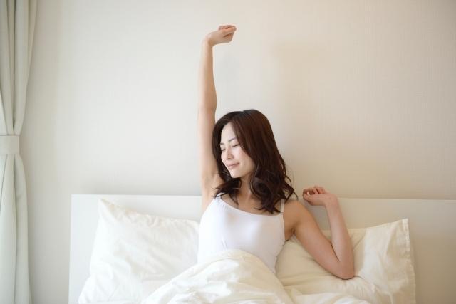 寝起きの女性(朝ベッド)