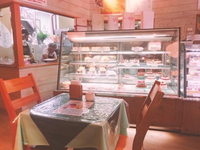 淡路たかたのケーキのイートイン店内