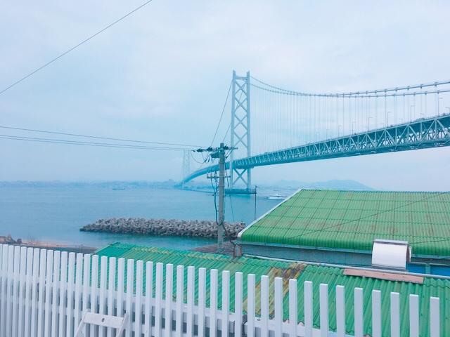 ラメールのテラス席から見た明石海峡大橋