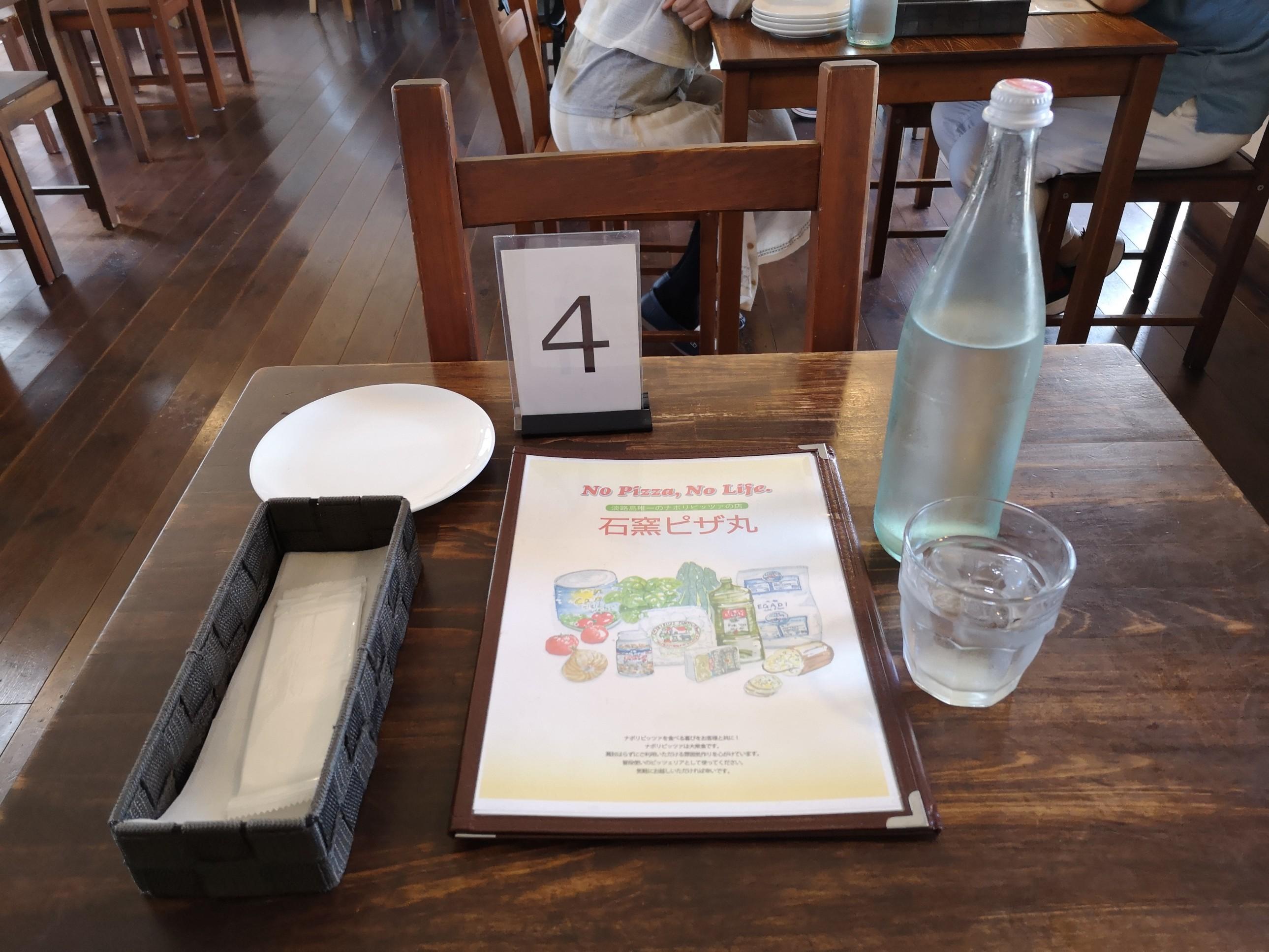 石釜ピザ丸のテーブル