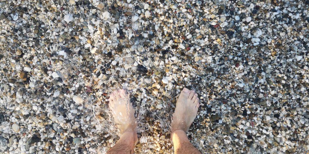 玉砂利サーフ(砂浜)の波打ち際と足