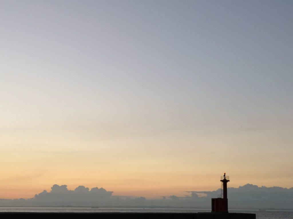 夕焼け空と雲と灯台