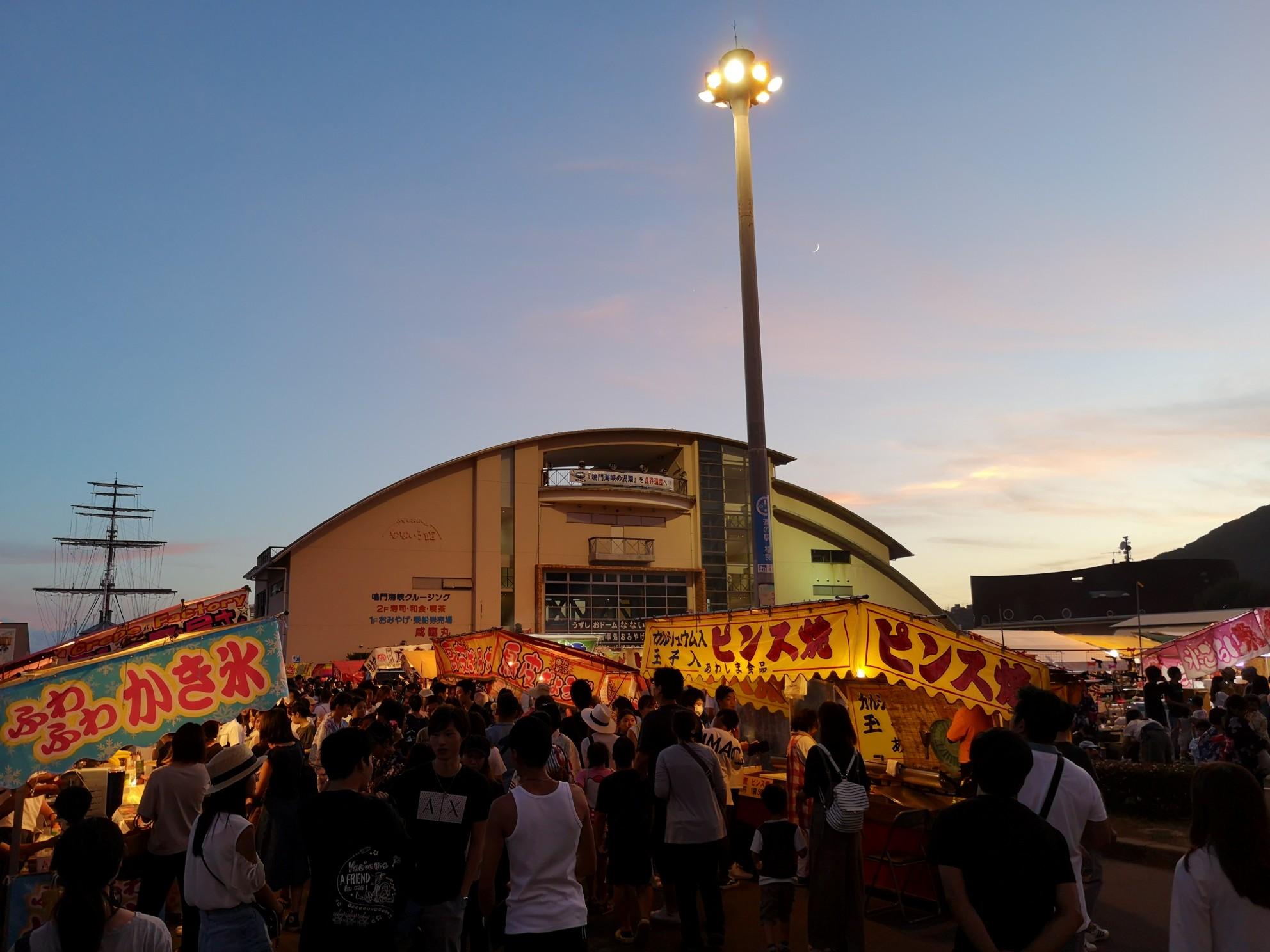 福良湾海上花火大会の会場道の駅福良(なないろ館)前の屋台