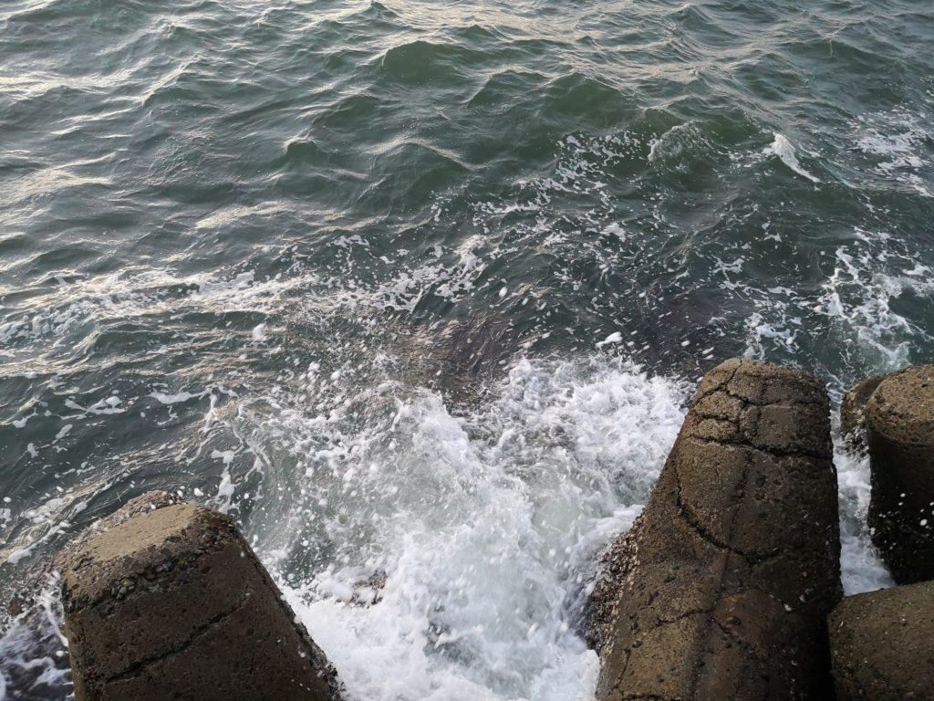 荒れた海とテトラと水しぶき(2018.9)