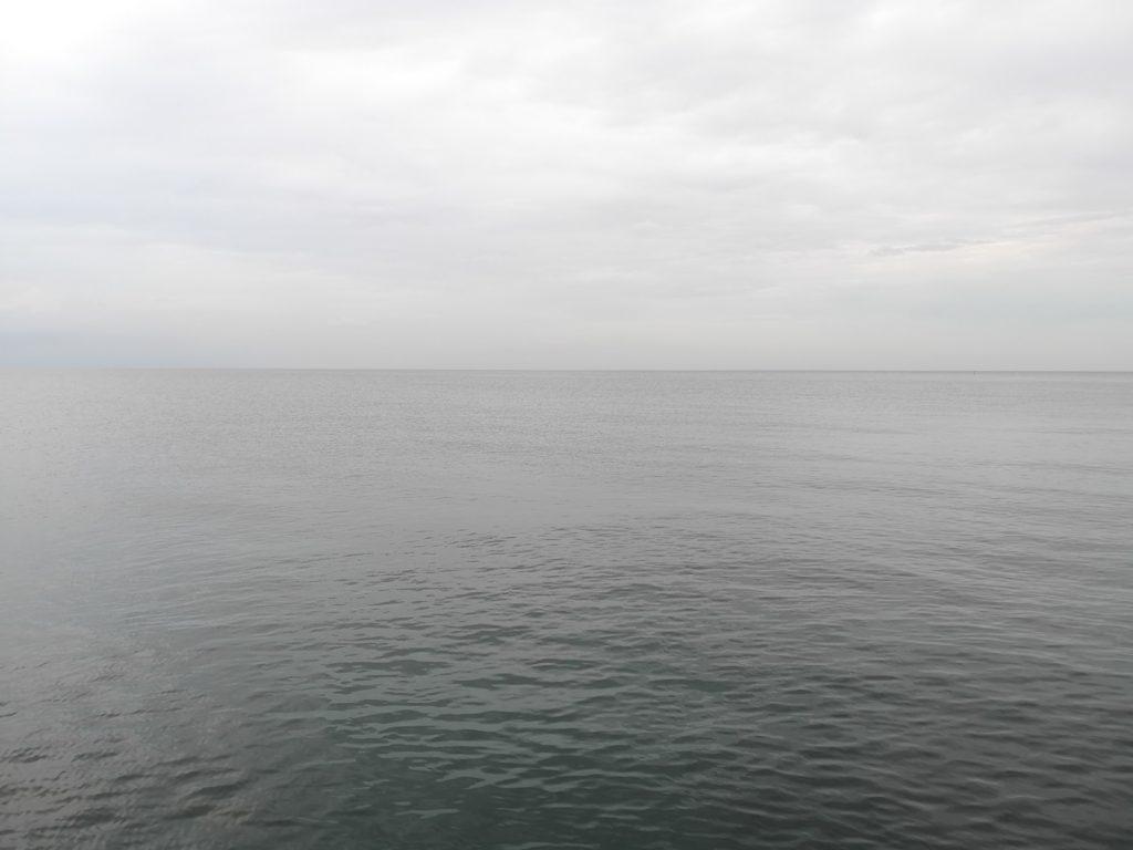 穏やかな海面と曇天