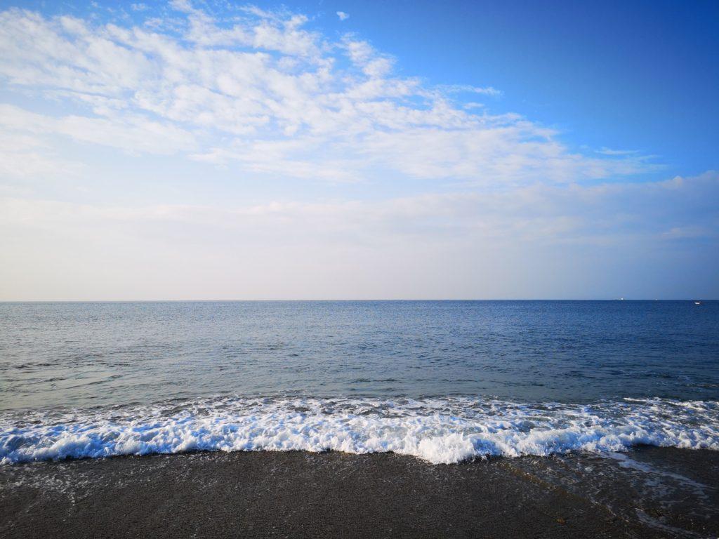 ハマチ42cm〜47cm本を釣り上げたサーフと水平線と雲と青空と朝マヅメ(2018.9)