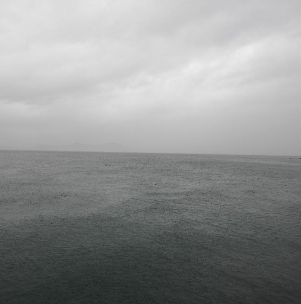 台風24号接近中の曇天時々強い雨と少しうねりのある海面(2018.9)