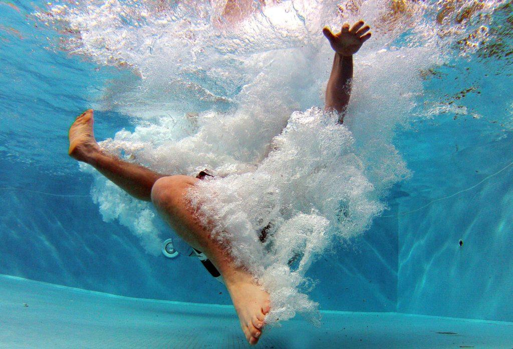 プールで溺れて水しぶきや泡がすごい人