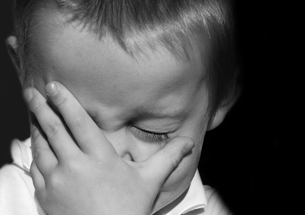 挫折して悔し泣きの子供