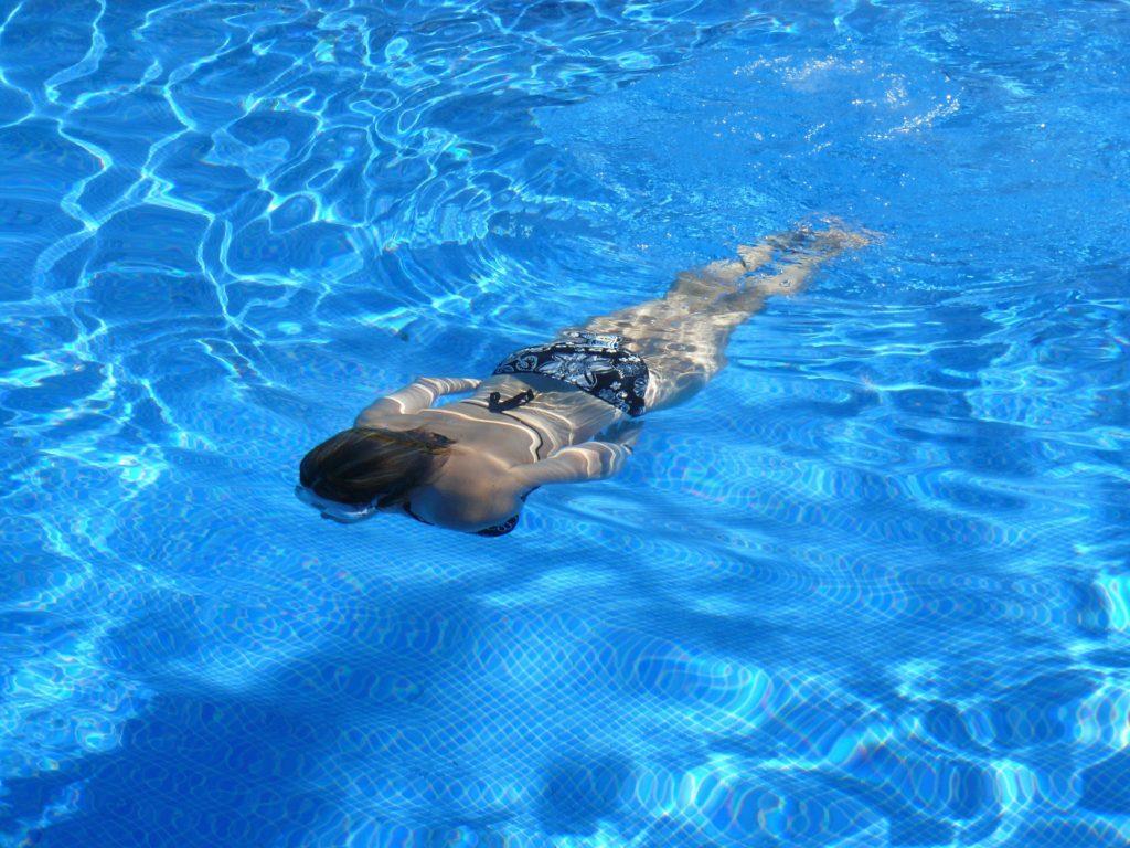 プールでけのびでスーッと泳ぐ人