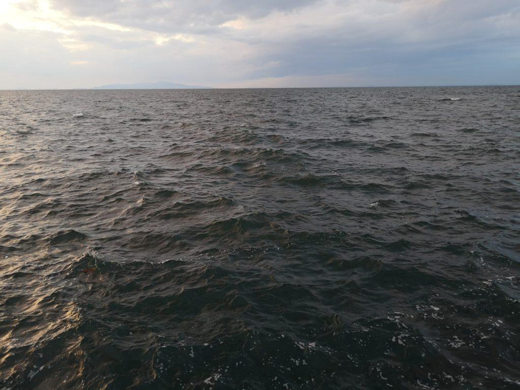 荒れた夕方の白波が立つ海(タチウオは月明かりのためか不調)