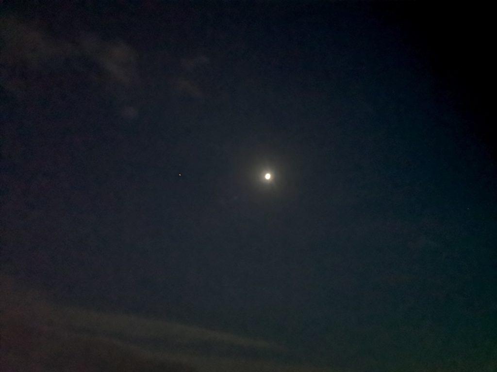 上弦の半月が明るく輝く夜