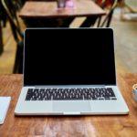 ノートパソコンとコーヒーとカフェと机