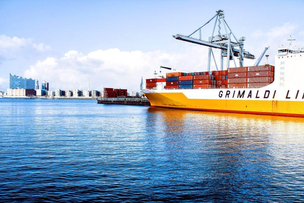 大型船舶が停泊する湾奥の港湾