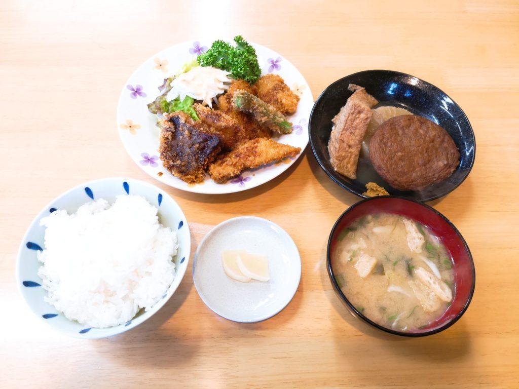 しらさきの日替わり定食(アジフライとおでん)