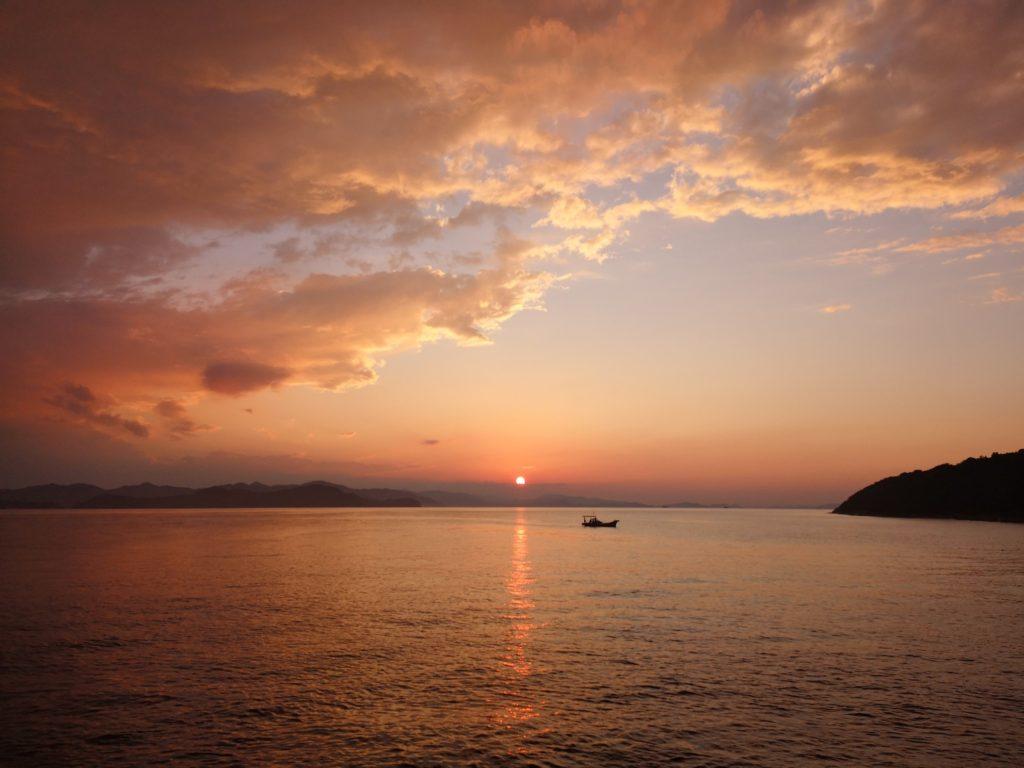 夕焼けと雲と空と海と船(2018.10)