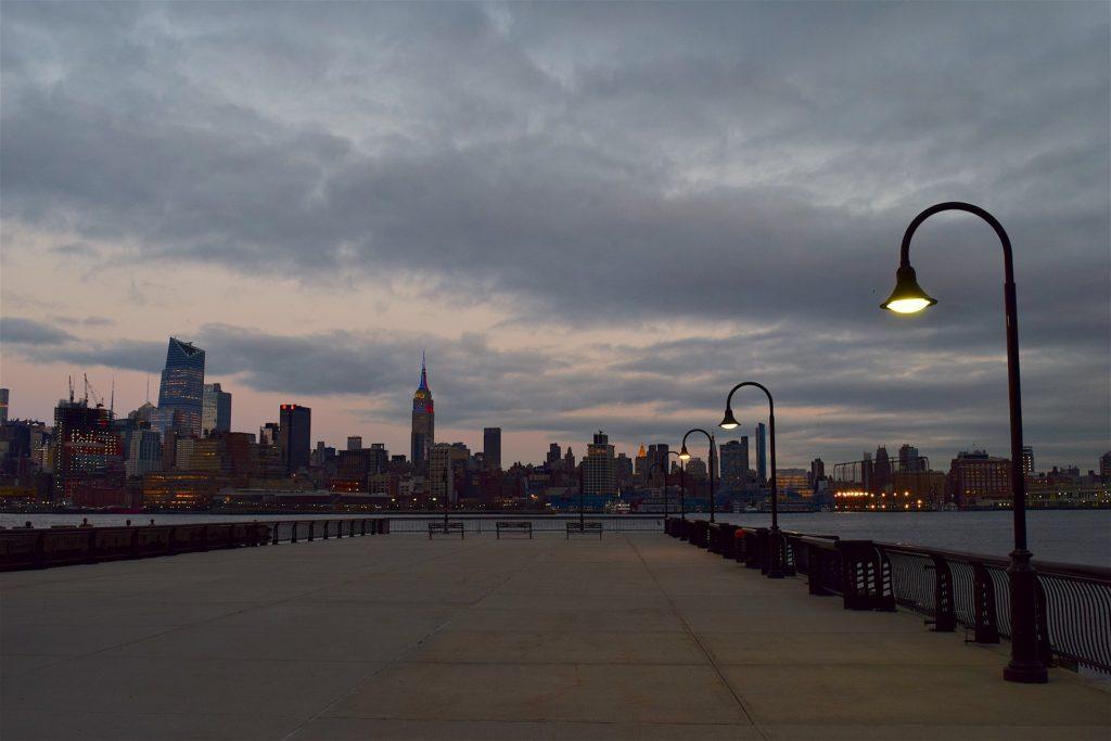 ニューヨークの常夜灯と曇り空