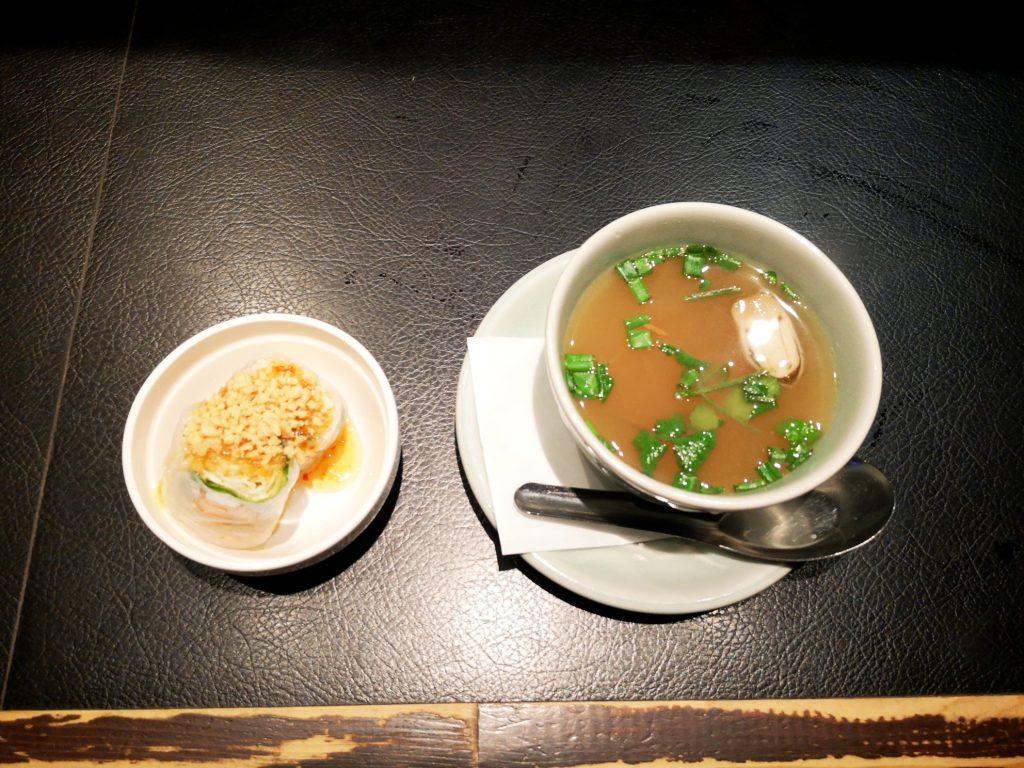 新橋オールドタイランドのガパオランチのセット生春巻きとスープ