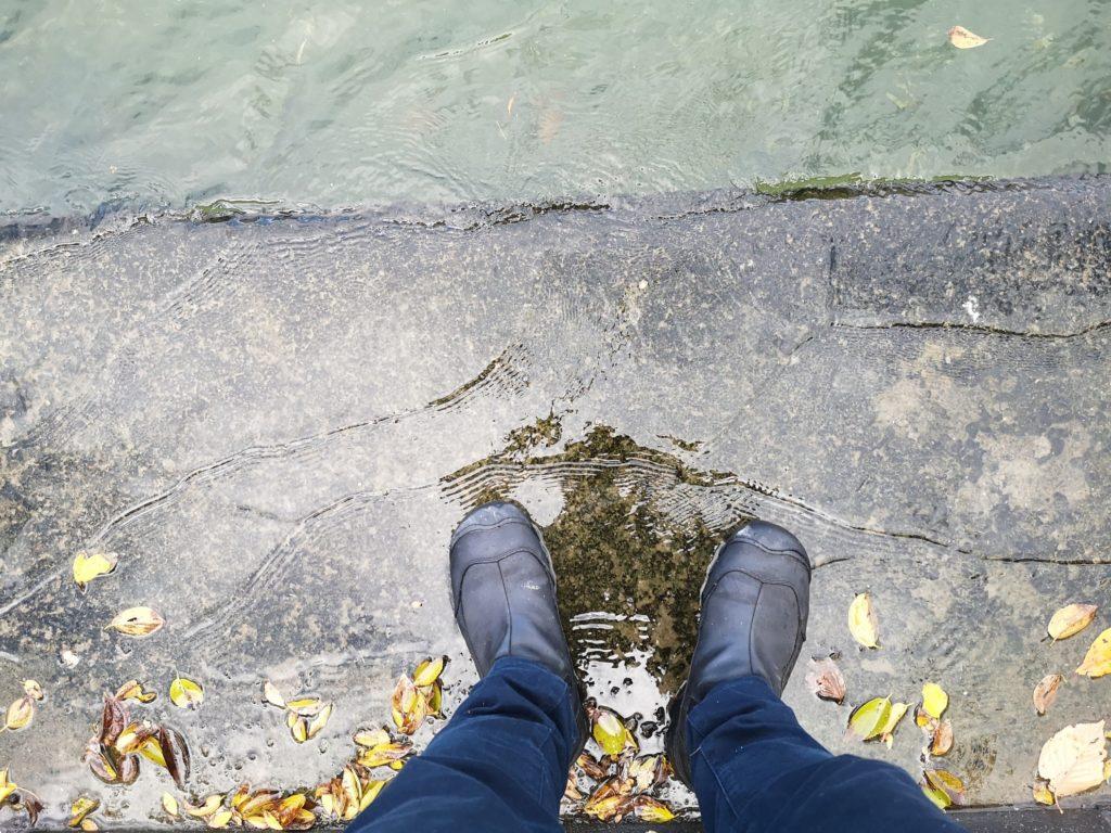 キーンのアンカレッジブーツ2と満潮間際の護岸