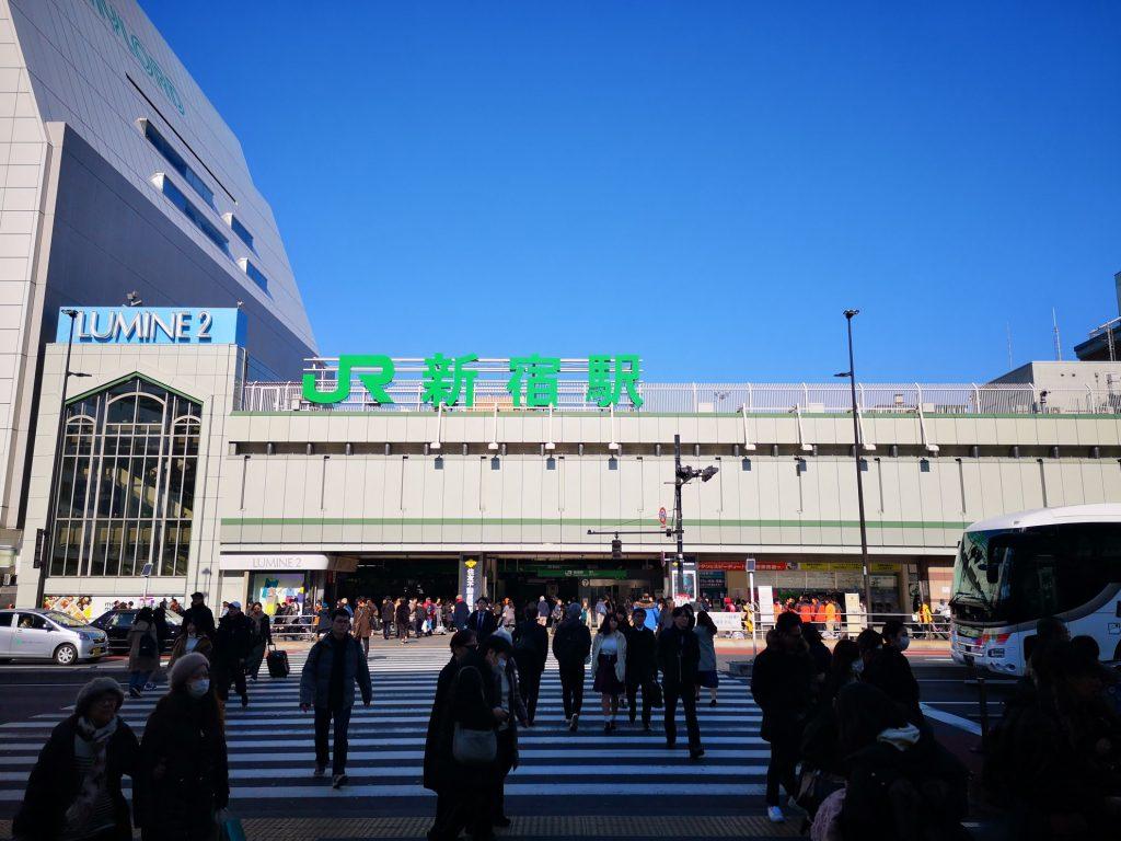 リモワのサルサエアー33LネイビーとJR新宿駅