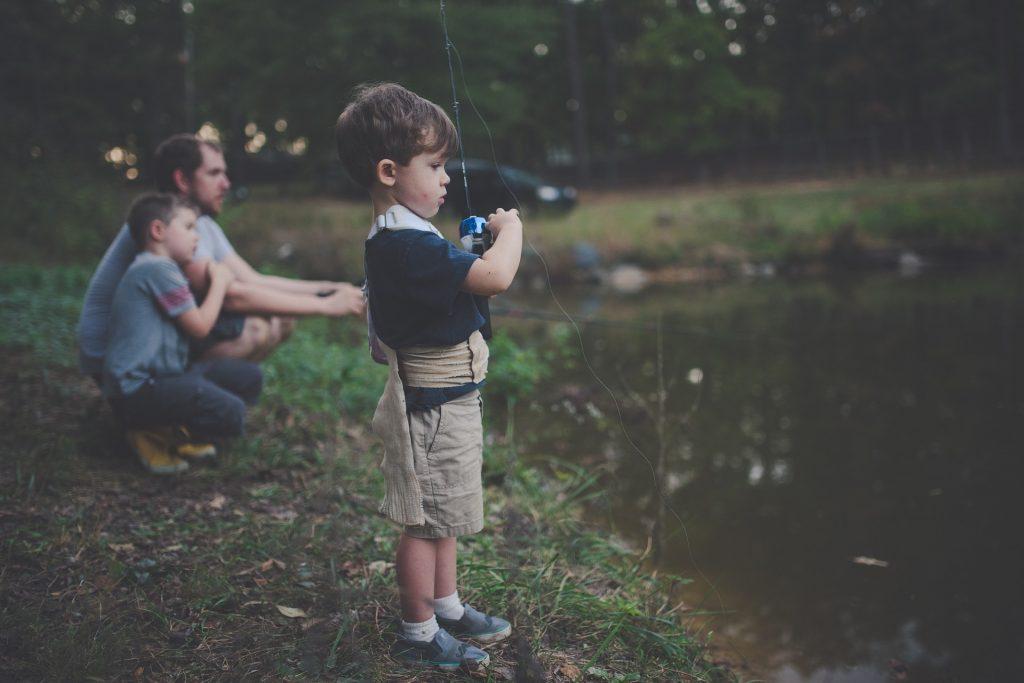家族で池で釣りをする男の子(人)