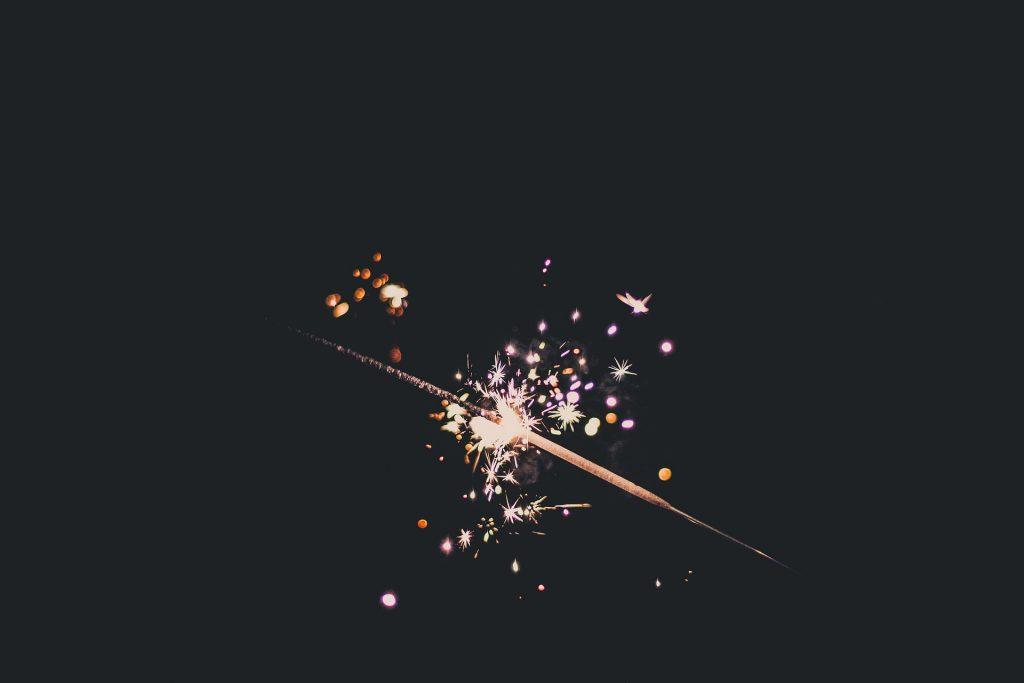 夜の暗闇の線香花火の火花