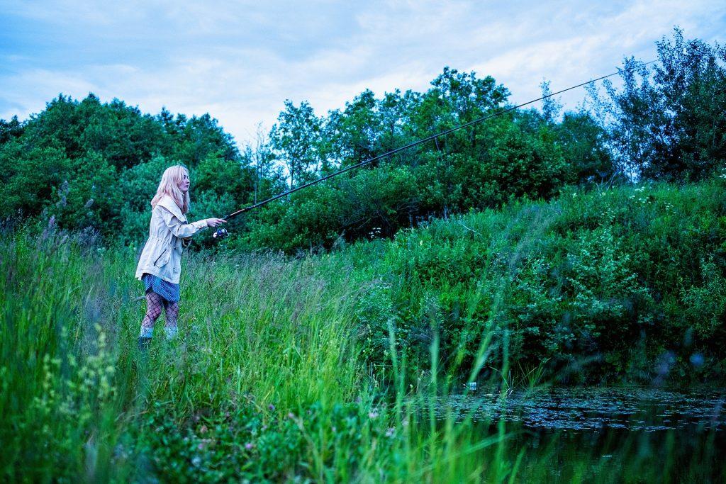 池で釣りをしている女の子(人)