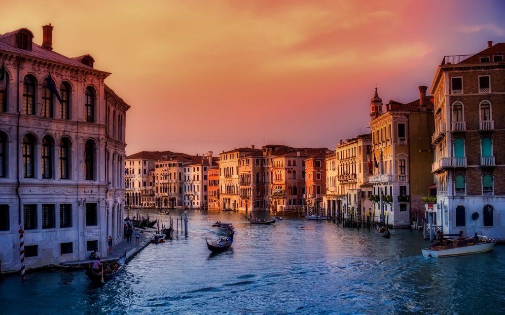 ヴェネチアの運河の夕焼け