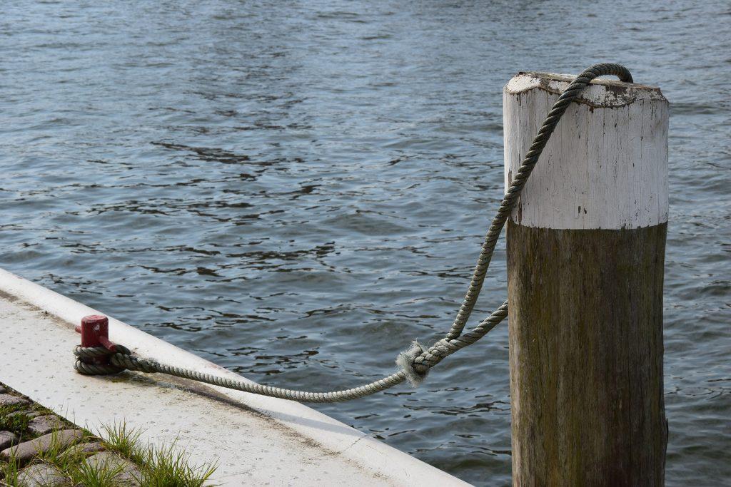 川辺のボート係留用のロープ