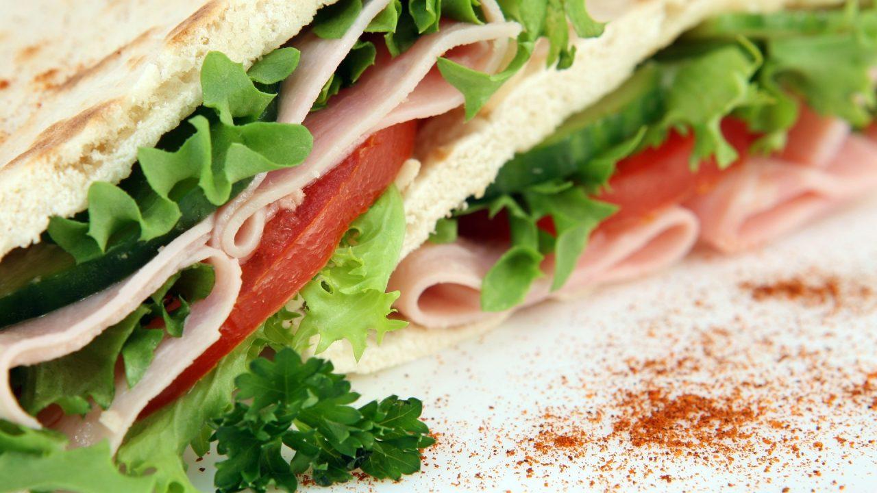 ハムレタストマトのサンドイッチ