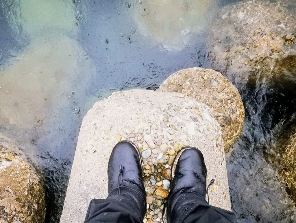 水面を雨が打つテトラとケベックネオ