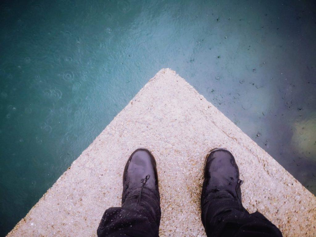 水面を雨が打つテ堤防とケベックネオ