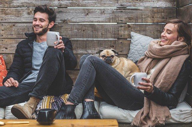 冬休みに暖をとるカップル