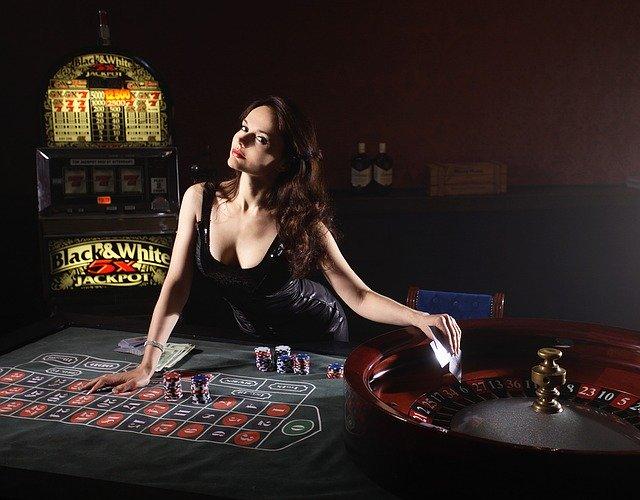 カジノでルーレットで賭けるディーラーの女性